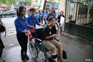 Xúc động hình ảnh cha đưa con gái ngồi xe lăn đến làm thủ tục thi THPT quốc gia