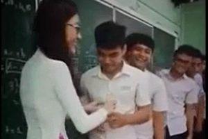 CLIP: Cô giáo xinh đẹp, tâm lý 'đốn tim' học sinh vì hành động này