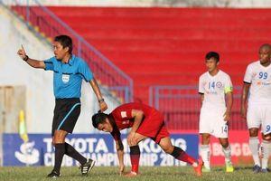 Sức khỏe trọng tài FIFA ngất xỉu trên sân Hàng Đẫy giờ ra sao?