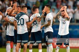 Messi suýt khóc, ôm cám ơn Aguero trong trận thắng nhân ngày sinh nhật