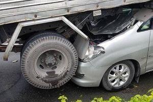 4 ô tô tông nhau liên hoàn trên quốc lộ, xe 7 chỗ lọt gầm xe tải