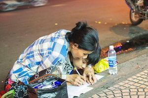 Cộng đồng mạng xúc động trước bức ảnh 'Người mẹ nghèo dạy con học bài trên vỉa hè'