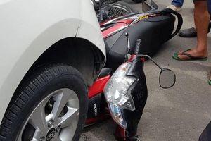 Người đàn ông tông ôtô vào 2 xe cảnh sát bị khống chế