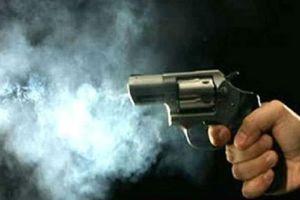 Nam sinh nhập viện vì súng trên tay bố cướp cò