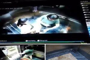 Cư dân mạng quan tâm: 2 phụ nữ đi vệ sinh ngay trong thang máy