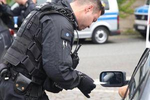 Cảnh sát Đức chống phát xít mới bằng cách tịch thu hết bia