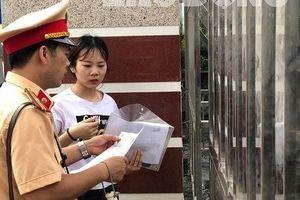 Một nữ sinh Hà Giang bật khóc không được vào thi vì đến muộn