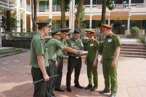 Cận cảnh an ninh trong, ngoài phòng thi THPT Quốc gia tại Hòa Bình