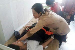 Nữ sinh thi THPT quốc gia bị 2 thanh niên chạy xe máy ngược chiều tông nhập viện