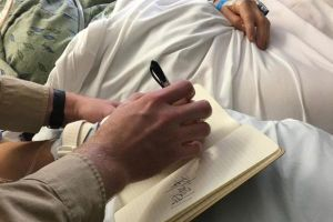 Sống lại sau 27 phút tử vong, người phụ nữ viết dòng chữ rợn người