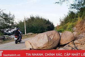 Đá khổng lồ án ngữ đường ven biển ở Hà Tĩnh