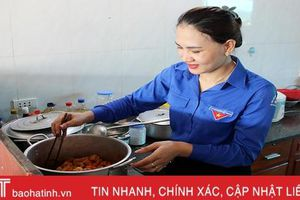 Đoàn trường THPT Cẩm Bình nấu ăn miễn phí cho thí sinh ở xa
