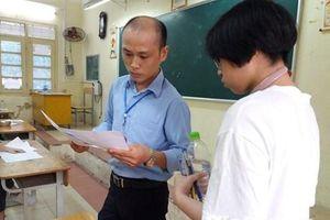 Thí sinh hồi hộp trước khi bước vào môn thi Ngữ Văn