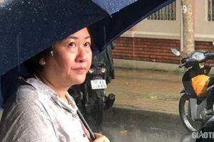 Phụ huynh dầm mưa ngóng con rời phòng thi môn Toán THPT quốc gia