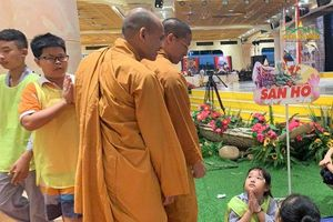 Hàng nghìn học sinh tham gia khóa tu hè, học pháp sám hối ở chùa Ba Vàng