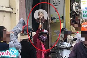 Góc dễ thương: Bà mẹ giơ cao tấm hình idol để tìm con giữa 'dòng chảy sông Hương' sau môn thi Ngữ Văn