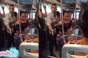 Anh phụ xe buýt khiến nhiều người xúc động với hình ảnh soái ca đời thường