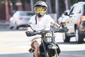 Justin Bieber đội mũ bảo hiểm, một mình chạy xe máy tới phòng thu
