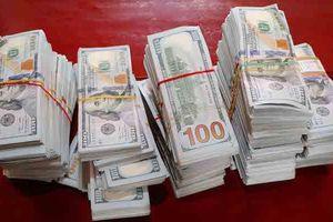 Bị truy đuổi, nhóm người bỏ chạy, vứt lại gần nửa triệu USD