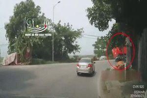 Container lật giữa đường khi vào cua, người đi xe máy thoát nạn trong tích tắc