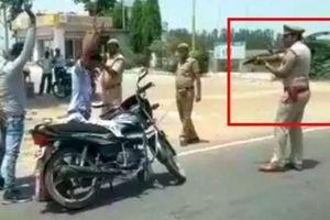 Cảnh sát rút súng kiểm tra 'thông thường' người đi xe máy