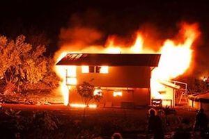 Chồng đốt nhà, giết vợ rồi cứa cổ tự sát