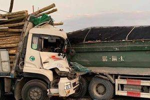 Tai nạn kinh hoàng trên cầu Thanh Trì, tài xế và phụ xe tử vong trong cabin