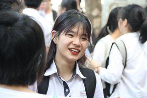 Những nụ cười xua tan nắng nóng trường thi