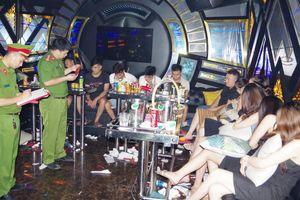 Bắt quả tang 11 'chân dài' cùng 17 thanh niên đang 'bay lắc' trong phòng VIP quán karaoke
