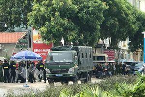 Nhiều người tập trung trước cổng Công an tỉnh Thanh Hóa đòi thả người bị triệu tập