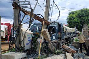 Sau va chạm chết người, xe tải lao sang nhà dân tông sập trụ điện