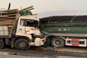 Đâm vào đuôi xe tải nổ lốp dừng trên cầu, 2 người tử vong