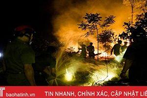 Cháy ven đê Đức Thọ, gần 100 người chung sức 'đánh giặc lửa'