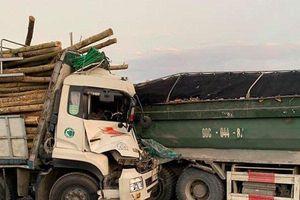Đâm vào đuôi xe tải khiến 2 người tử vong, cầu Thanh Trì ùn tắc nghiêm trọng