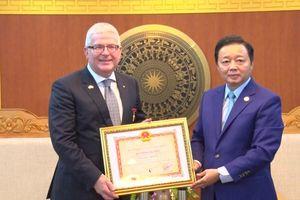 Bộ trưởng Trần Hồng Hà trao Kỷ niệm chương Vì sự nghiệp TN&MT cho các Đại sứ Australia và Thụy Điển
