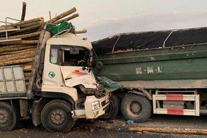 Xe chở gỗ đâm ôtô tải chạy cùng chiều, hai người tử vong