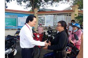 Bộ trưởng Bộ Giáo dục và Đào tạo Phùng Xuân Nhạ kiểm tra thi tại tỉnh Long An