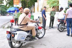 Cảnh sát Hà Giang dùng xe chuyên dụng hú còi hộ tống thí sinh ngủ muộn đến điểm thi