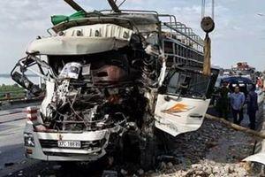 Xe chở gỗ đâm vào xe tải nổ lốp, 2 người tử vong
