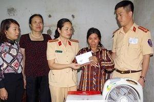 CSGT Hà Nam thăm, tặng quà phụ nữ có hoàn cảnh đặc biệt khó khăn