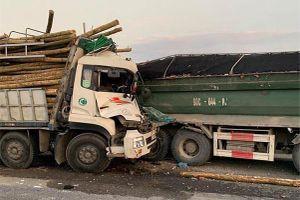 Ô tô chở gỗ đâm vào đuôi xe tải nổ lốp trên cầu Thanh Trì, 2 người chết trong cabin