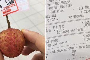Nam thanh niên vào siêu thị mua một quả vải, trả 1.000 đồng