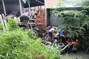 Xe cẩu và ô tô 7 chỗ cùng rơi xuống nước, ít nhất 5 người thương vong