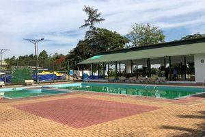 Hai bé chết trong bể bơi khách sạn:Người 'ngồi bấm điện thoại'