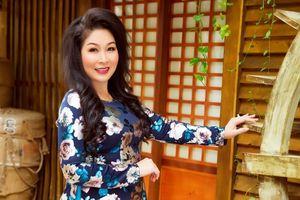Nghệ sĩ Hồng Vân diện áo dài nữ tính, đằm thắm ở tuổi 53