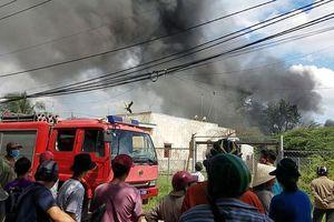Kho phế liệu ven Sài Gòn bốc cháy ngùn ngụt