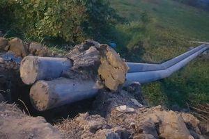 Cột điện chưa được đổ bê tông móng