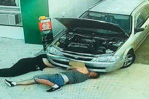 Tốt bụng giúp cô gái sửa xe, người đàn ông không thể ngờ sau đó bị đuổi việc, bị vợ ly hôn