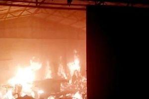 Hà Nội: Xưởng gỗ bốc cháy ngùn ngụt trong đêm