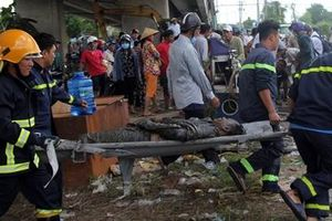 Hai ô tô cùng rớt khỏi cầu Hàm Luông sau va chạm giao thông